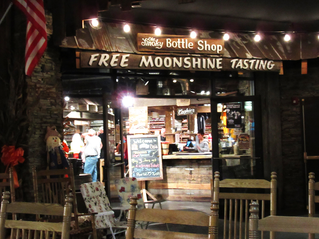 Moonshine-drinken-in-Gatlinburg-Tennessee
