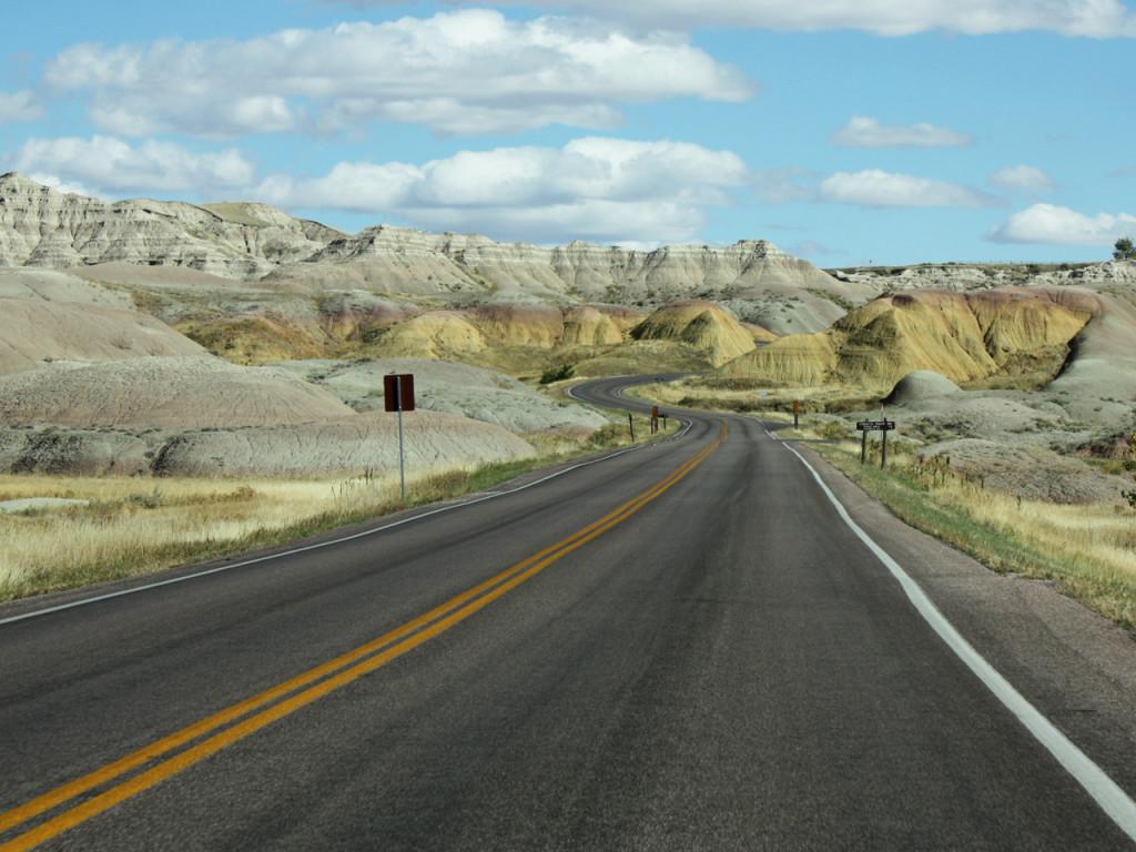 Rijden-door-Badlands-in-Amerika