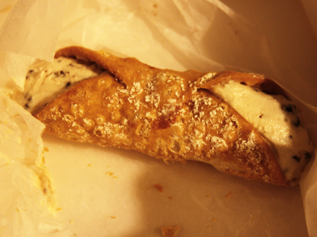 Carlo's-bakery-canolli-New-York