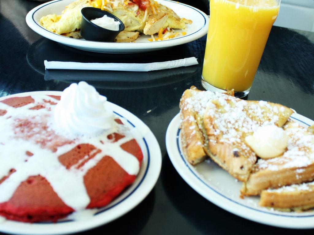 Ihop-ontbij-red-velvet-pannenkoeken