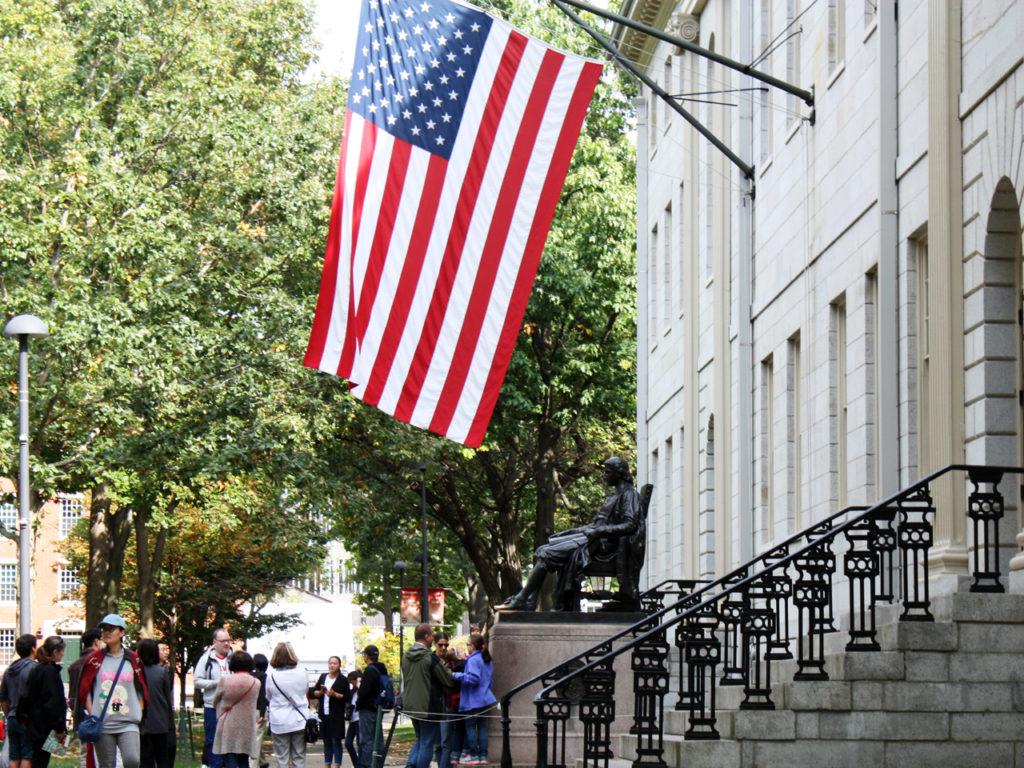 Vlag-en-beeld-bij-Harvard